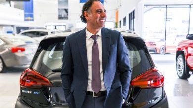 صورة علي رضا يكسر الرقم القياسي كأفضل رجل مبيعات سيارات في العالم!
