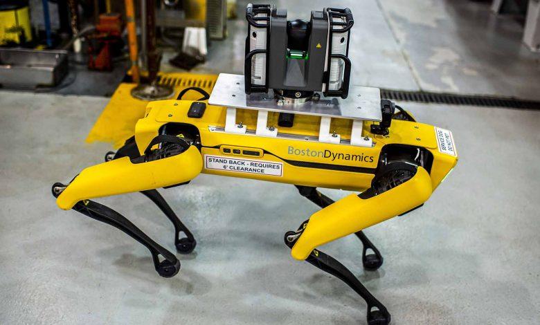صورة فورد تستخدم كلابًا آلية لمسح أرضية المصنع.. نظريًا