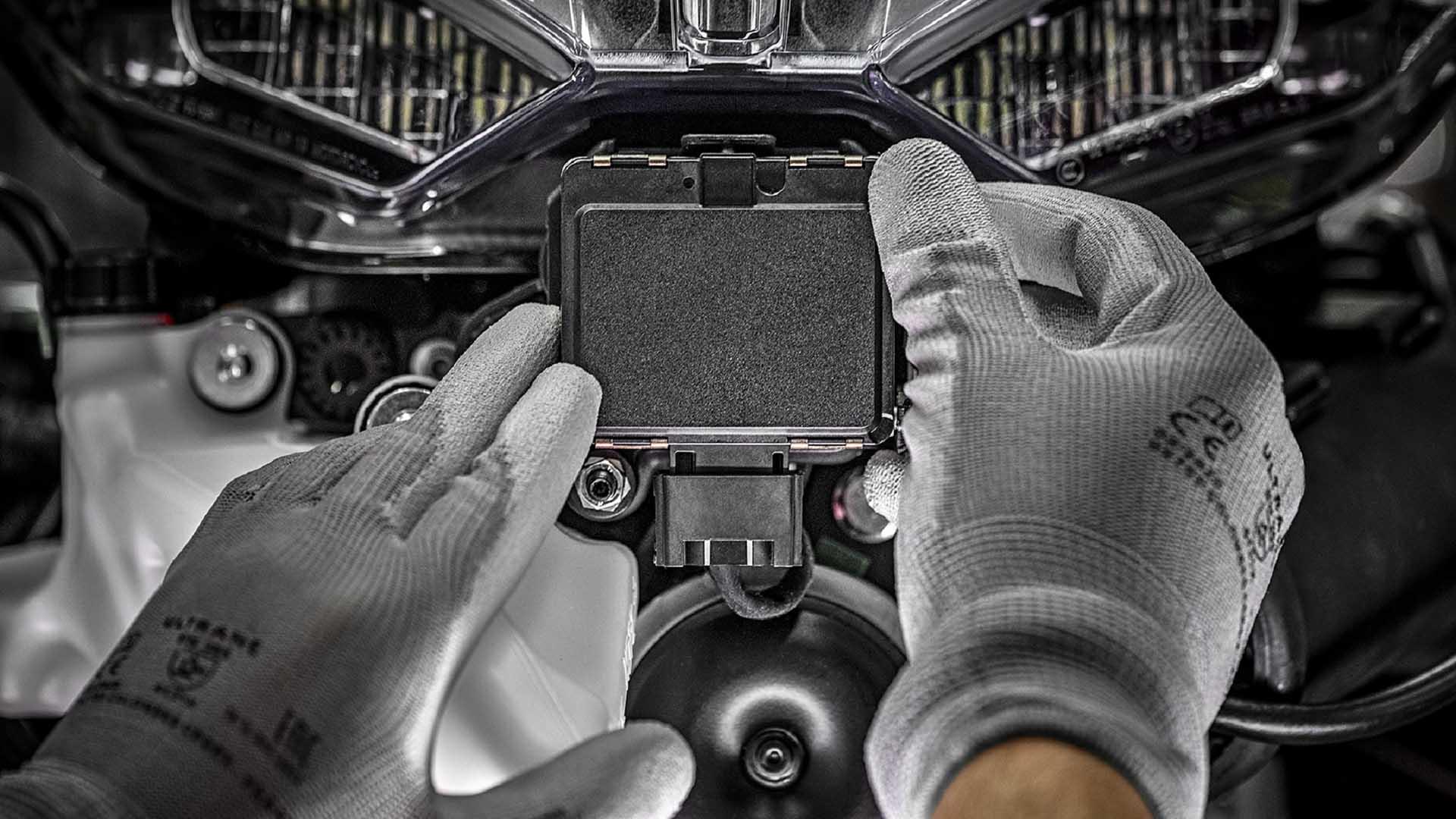 تحتوي هذه الصورة على سمة alt فارغة; اسم الملف هو 2021-Ducati-Multistrada-V4-radar-unit.jpg